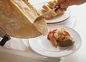 Schweizer Raclette wird geschabt