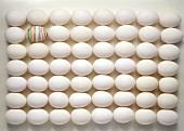 Viele Eier geometrisch angeordnet, eines bemalt