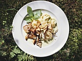 Pasta with basil mousse and mushrooms