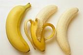Banane; halb geschält & ohne Schale