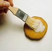 Plätzchen mit Zuckerglasur überziehen