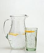 Ein Krug & ein Glas Mineralwasser