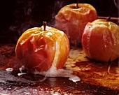 Frische Bratäpfel auf schwarzem Backblech