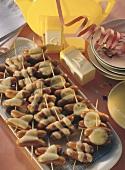 Spießchen mit Cocktailwürstchen für die 50er-Jahre-Party