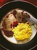 Zungen mit Granatapfel & Safranreis auf Teller angerichtet