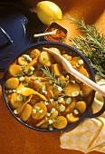 Kartoffelgulasch mit Frühlingszwiebeln, Zitronenschalen u.a.