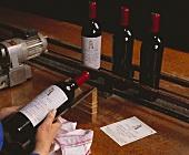 Etikettieren von 1949er Wein im Chateau Latour, Medoc, France