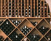 Zahlreiche Flaschen lagern im Regalsystem eines Weingeschäfts