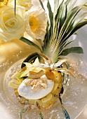 Ananashälfte gefüllt mit Kokoscreme & Fruchtsalat