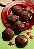 Runde Lebkuchen mit Schokoladenüberzug & Pistazie auf Teller