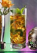 Mint Julep: Cocktail mit Jack Daniels und Minzblättchen