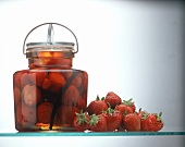 Rumtopf mit Erdbeeren im Einweckglas, Deko: frische Erdbeeren