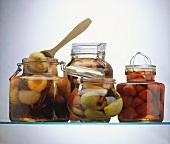 Vier Rumtöpfe (mit Steinobst, Birnen, Erdbeeren)