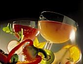 Ein Glas Obstsaft & ein Glas Gemüsesaft, Deko: Obst & Gemüse