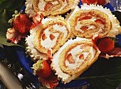 Vier Scheiben Biskuitroulade mit Mascarpone & Erdbeeren