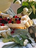 Ein Stück Frischkäsetorte mit Früchten & Beeren