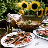 Crostini con crema di olive, bruschetta e panzanella