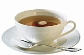 Schwarzer Tee in weißer Porzellantasse