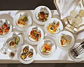 Viele verschiedene Amuse-gueules (kleine Appetithäppchen)