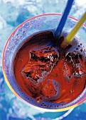 Glas Cola mit Eiswürfeln & zwei Strohhalmen (von oben)