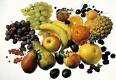 Stillleben mit Obst, Beeren & Früchten auf weiß