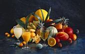 Viele tropische Früchte & drei Säfte von tropischen Früchten