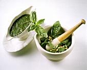 Pesto in Sauciere & frische Pestozutaten im Mörser