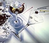 Ein Glas Martini mit Olive & ein umgekipptes Martiniglas