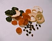 Getrocknete Pflaumen, Aprikosen, Apfelringe & Rosinen