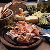 Brettljause (Brotzeit mit Schinken,Speck,Käse,Gurken,etc.)