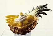 Mango-Ananas-Creme mit Fruchtstücken in Ananashälfte