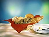 Salzstange,Mohnzopf,Semmel,Brot im Brotkorb & Butterröllchen