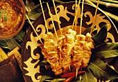 Sate (Putenspieße) auf Teller & ein Schälchen mit Erdnußsauce