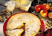 Apple-Pie mit Erdnüssen, Deko: Sahne,Vanilleeis,Äpfel,Nüsse