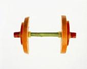 Symbolbild Fitness: Gewicht aus Gemüse & Obstscheiben