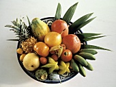 Tropische Früchte auf einem Teller