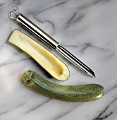 Gemüseaushöhler & ausgehöhlte Zucchini