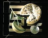 Rotschimmelkäse 'Li varot', eine Feige, Galliamelone & Salbei