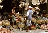 Zwei Gewürzhändler vor Laden im Souk von Sanaa (Nordjemen)
