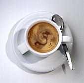 Kaffee in weisser Tasse mit Löffel
