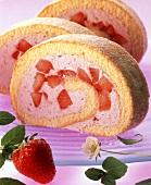 Erdbeerbiskuitrolle, drei Scheiben