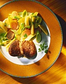Fried beef medallions with carrots, leeks and potatoes
