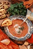 Tomatensuppe mit saurer Sahne, Basilikum & Kästetoastecken