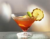 Americano im Cocktailglas mit Zitronenscheibe & Minzblatt