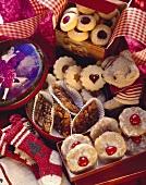 Fruchtig-süsse Weihnachtsplätzchen in Geschenkschachteln