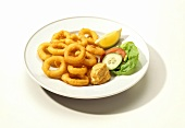 Fritierte Calamares-Ringe mit Dip & Salatgarnitur auf Teller