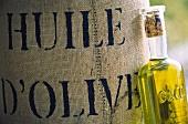 Sack mit Oliven & eine Flasche Olivenöl