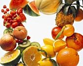 Verschiedene Früchte & Beeren rund um den Bildrand arrangiert