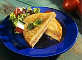 Gebratenes Käse-Speck-Sandwich mit Italien-Fähnchen dekoriert