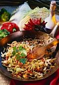 Chinesische gebratene Nudeln mit Gemüse in Wok-Pfanne